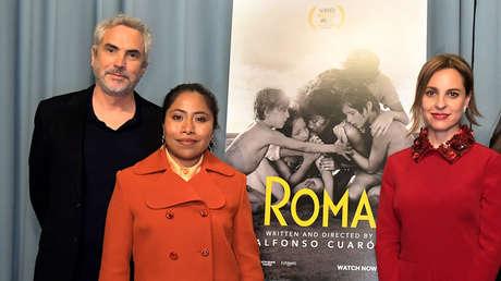 Alfonso Cuarón junto a Yalitza Aparicio, y Marina De Tavira, asisten a una proyección de la película 'Roma' en California, el 5 de enero de 2019.