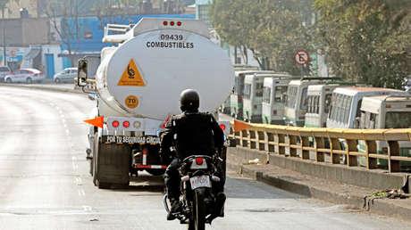 Un policía escolta un camión cisterna en su ruta hacia una gasolinera, Ciudad de México, 15 de enero de 2019.