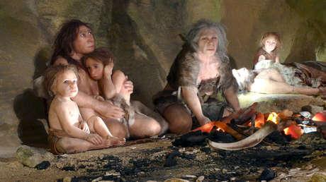 Una exposición muestra la vida de una familia neandertal en una cueva en el Museo Neandertal en la ciudad de Krapina, Croacia. 25 de febrero de 2010.