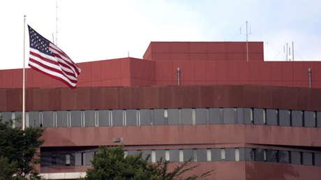 La bandera de los Estados Unidos ondea frente a la embajada de los Estados Unidos en Caracas.
