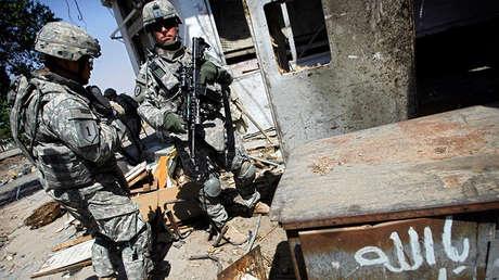 Soldados de EE.UU. inspeccionan un lugar tras una explosión mortal, Bagdad, Irak, 7 de agosto de 2007