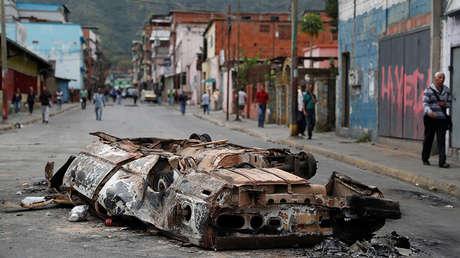Un auto quemado después de una protesta en Caracas, el 24 de enero de 2019.