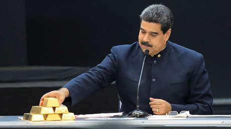 Maduro toca una barra de oro en una reunión con ministros en Caracas, 22 de marzo de 2018.