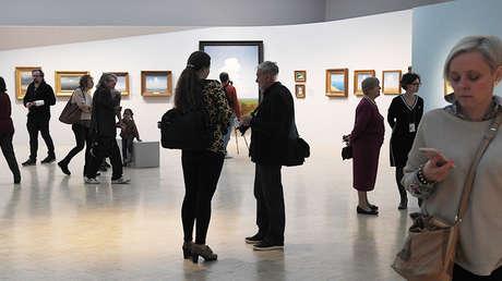 Visitantes de la exposición dedicada al pintor Arjip Kuindzhi en la Galería Estatal Tretiakov de Moscú, Rusia, el 5 de octubre de 2018.
