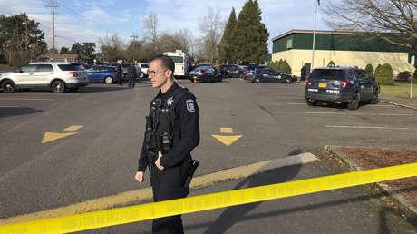 Policía cerca de la Cascade Middle School en Eugene (EE.UU.) tras el tiroteo del 11 de enero de 2019.