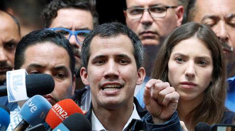 """El parlamentario, Juan Guaidó, autoproclamado """"presidente encargado"""" de Venezuela, habla a la prensa. Venezuela, 27 de enero de 2019."""
