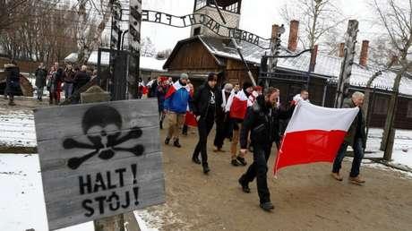 Nacionalistas con banderas polacas durante la manifestación del 27 de enero en Auschwitz, Polonia.