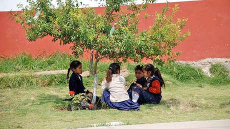 Niños y niñas indígenas en la escuela de la comunidad p'urhepecha de San Isidro, en el estado de Michoacán, oeste de México.