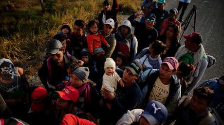 Migrantes tratan de subir a un camión rumbo a EE.UU., Santo Domingo Ingenio, México, el 23 de enero de 2019.