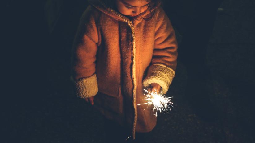 VIDEO: Niño provoca la explosión de una alcantarilla mientras jugaba con fuegos artificiales en China