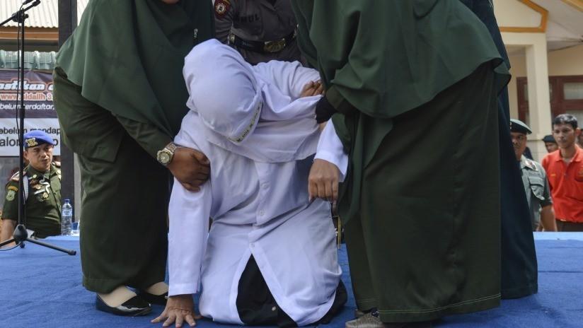 Golpean con palos en Indonesia a una pareja de jóvenes por abrazarse en público