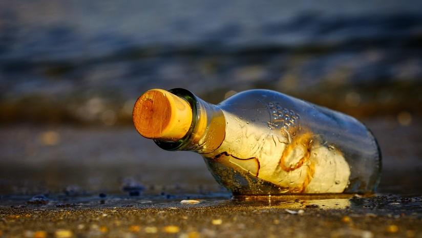 Mujer que lanzó una botella con una nota al mar, se reúne con su mensaje 17 años después