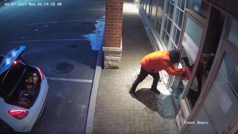 VIDEO: Cámaras captan cómo un hombre rocía gasolina y prende fuego a una oficina en Canadá