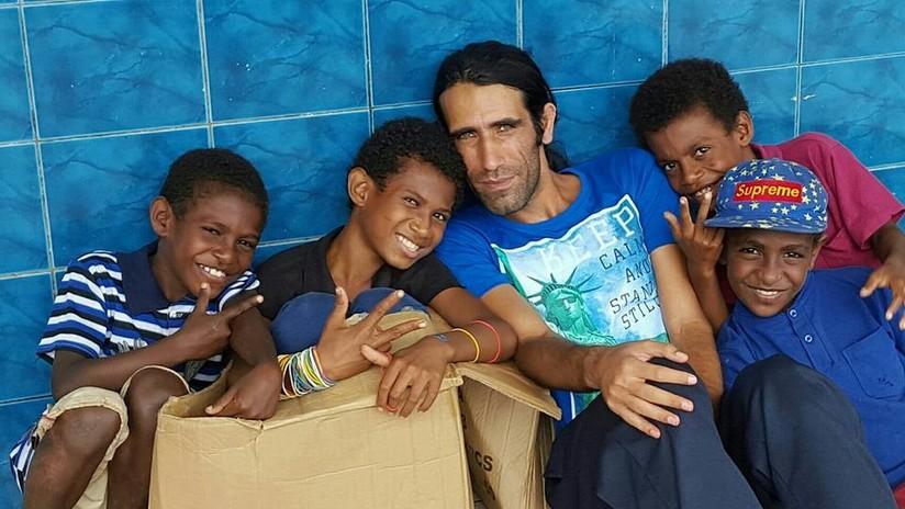 Solicitante de asilo gana importante premio por libro que escribió usando WhatsApp mientras se encontraba en centro de detención