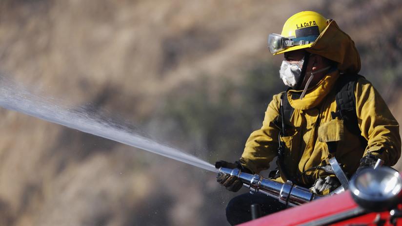 Se desploma avioneta en California y causa incendio a dos casas