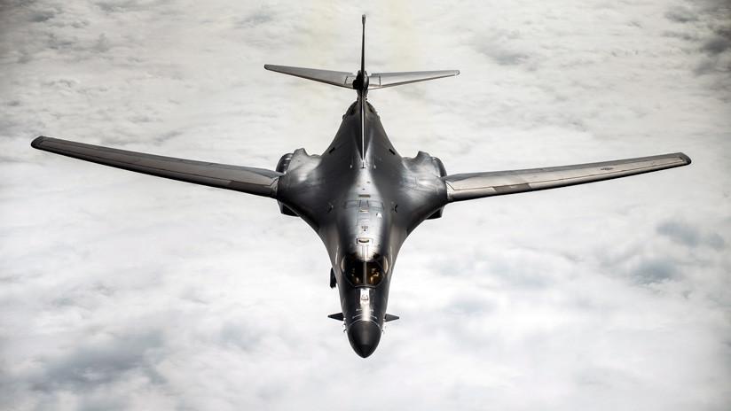 FOTO: Un piloto de EE.UU. pinta de color rosa la cabina de su bombardero