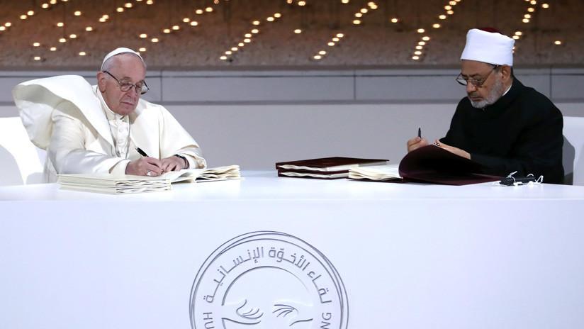 """El papa Francisco y el gran imán de Al Azhar firman """"un símbolo del abrazo entre Oriente y Occidente"""""""