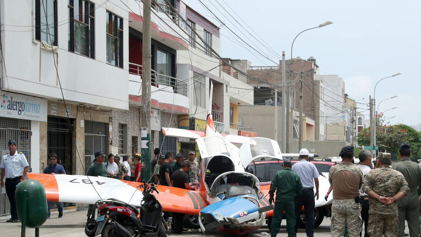 VIDEO: Una avioneta militar se estrella en una calle de Lima y deja dos heridos