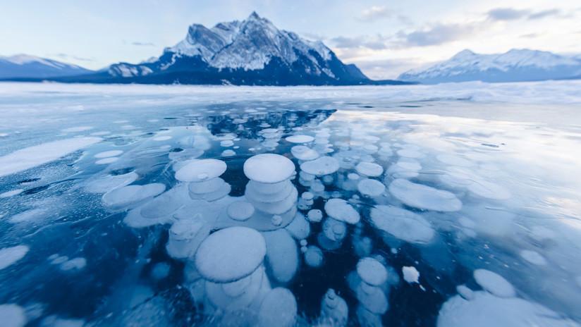 Belleza explosiva: Las burbujas congeladas de uno de los lagos más singulares del mundo (VIDEOS, FOTOS)