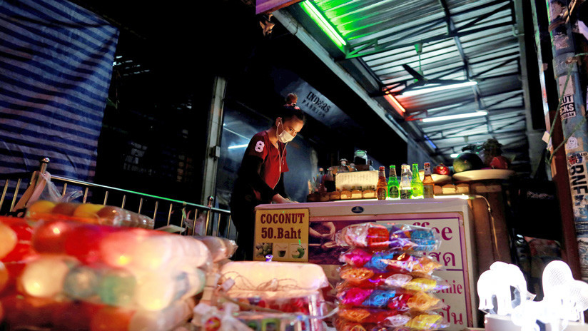 VIDEO: Empleada de un comercio usa a su compañera como escudo humano durante un ataque en Tailandia