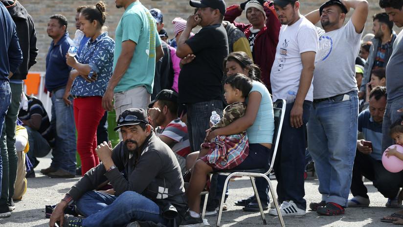 Una nueva caravana de migrantes acampa cerca de una sección relativamente abierta de la frontera de EE.UU.