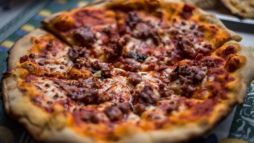 Banquete de larvas: Un 'ejército' de 10.000 gusanos devora una pizza en dos horas (VIDEO)