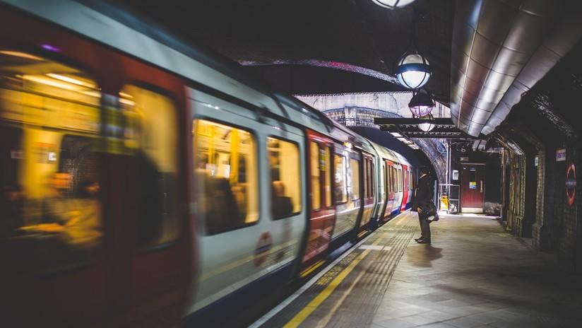 VIDEO: Un tren emprende el viaje con un bebé a bordo mientras su padre fumaba en la estación