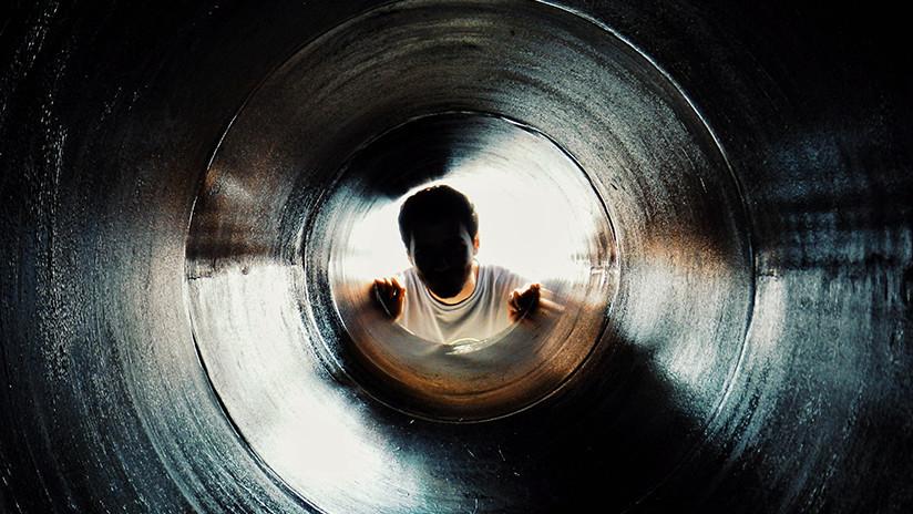 VIDEO: Cae por el agujero de una alcantarilla por andar distraído con su celular en Perú