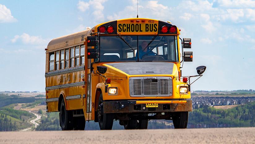 VIDEO: Un hombre le dispara al anciano conductor de un bus escolar en pleno tráfico