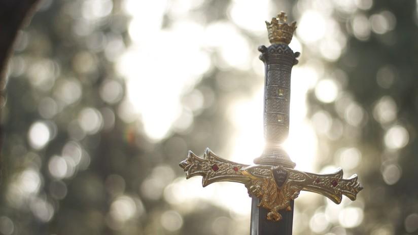 Excavan un desagüe y hallan una espada medieval en pleno centro de una ciudad de Dinamarca