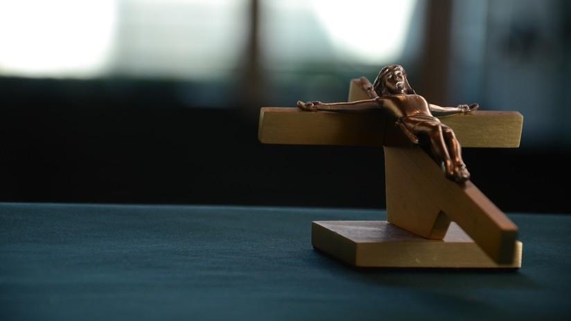 """VIDEO: Una joven derriba un crucifijo de una iglesia y obras de arte en una """"juerga de vandalismo"""""""