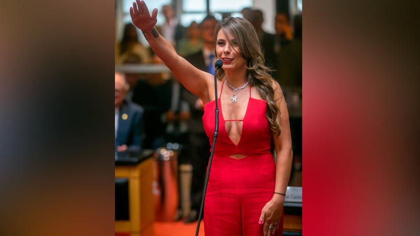 """Diputada brasileña que juró su cargo con un escote """"escandaloso"""", exige castigar a los que la criticaron"""