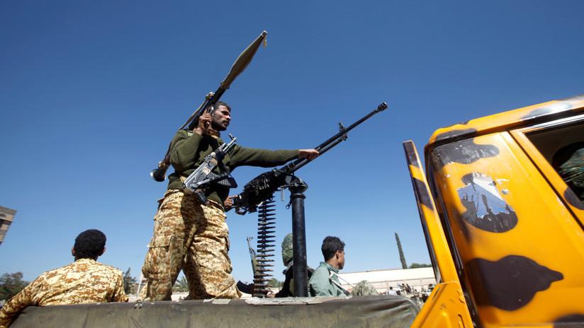 VIDEO: Graban en Yemen el momento en que un misil impacta en un tanque de las fuerzas gubernamentales
