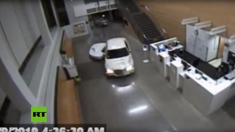 VIDEO: Una mujer penetra por la fuerza en una comisaría de EE.UU. con un auto en el que viajaba con un bebé