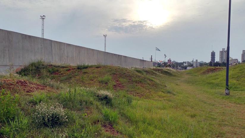 La historia del insólito muro 'a lo Trump' que Argentina construyó en su frontera con Paraguay