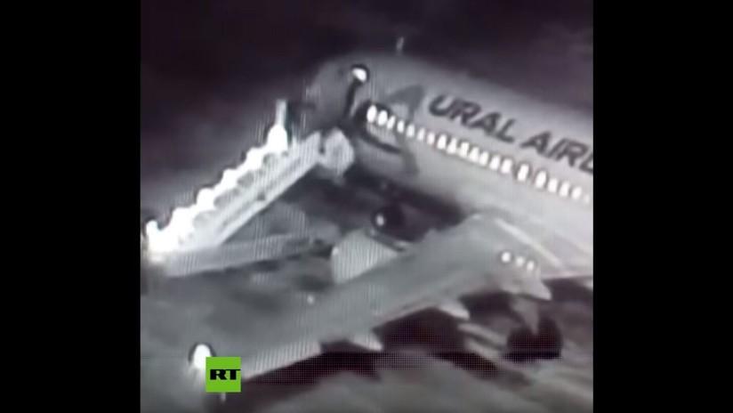 VIDEO: Colapsa la escalera de un avión mientras los pasajeros suben a bordo en un aeropuerto de Siberia