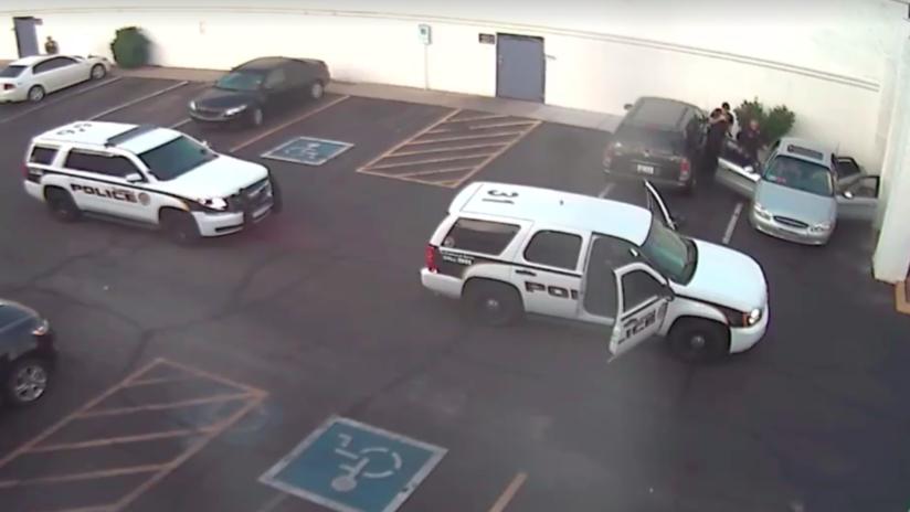 """""""¡Cierra la boca!"""": Policías estadounidenses disparan 11 veces un táser contra un hombre frente a su familia (VIDEO)"""
