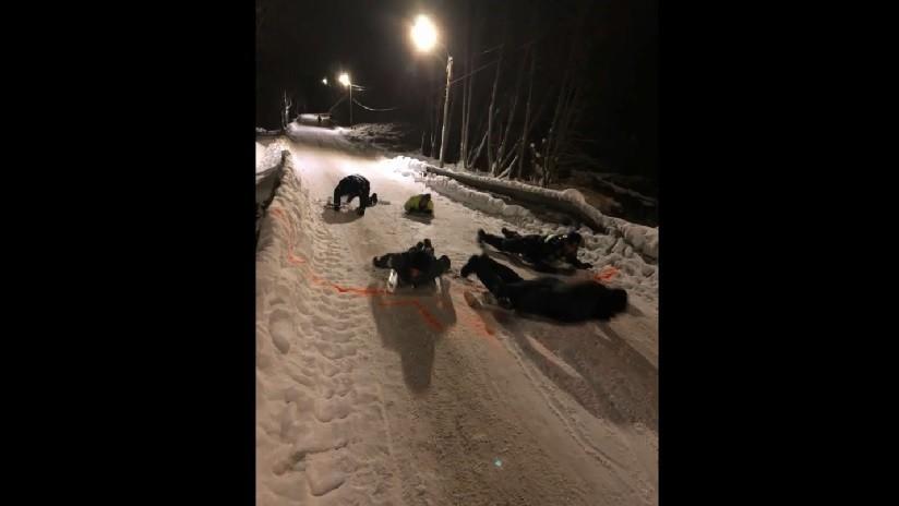 VIDEO: La Policía noruega publica inesperadas imágenes de sus agentes usando escudos de protección como trineos