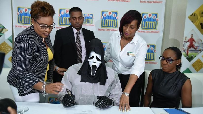 Un ganador de la lotería recoge su premio millonario con una máscara de 'Scream'