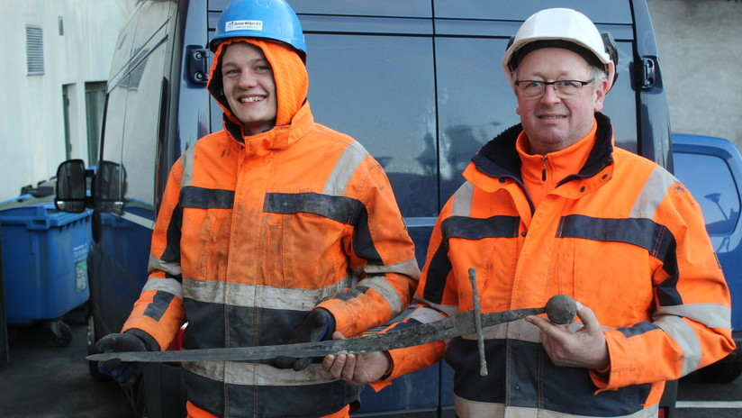 FOTO: Dos obreros daneses hallan en una alcantarilla una espada medieval  (¡y todavía está afilada!)