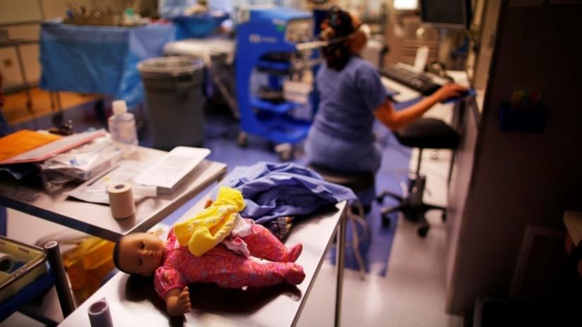 Sacan a un feto del vientre materno para una operación innovadora, lo curan y colocan dentro de nuevo