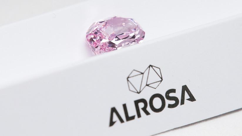 FOTO: Presentan el diamante de color rosa más grande de la historia de Rusia