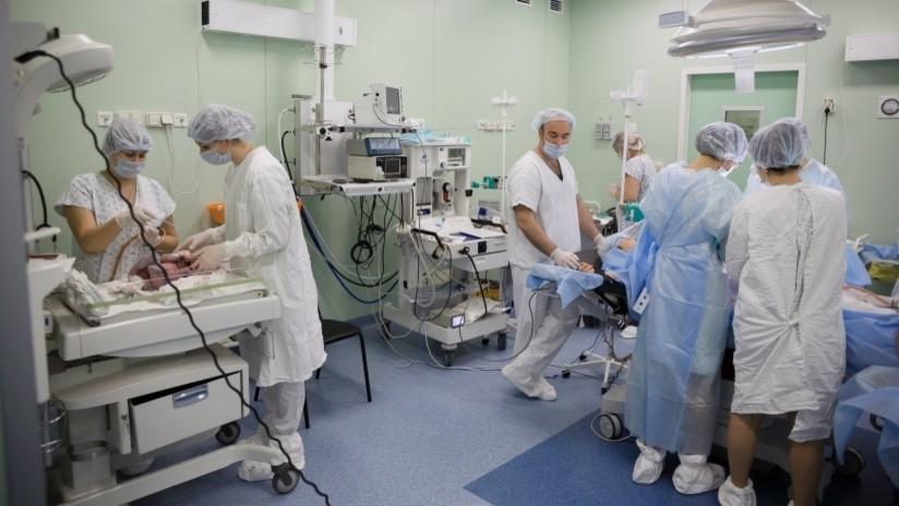 VIDEO: Médicos rusos realizan una operación única que permite a una mujer con tumor cervical maligno dar a luz y salvar su vida