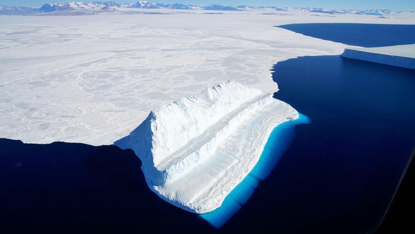 """Veranos calurosos provocan que barreras de hielo en la Antártida """"se doblen"""" bajo el peso masivo del agua derretida"""