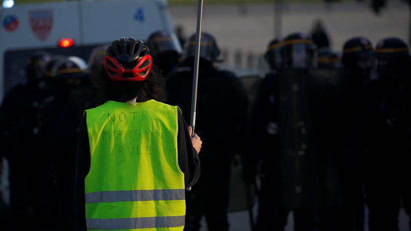 VIDEO: Cuatro heridos tras embestir un coche una multitud de 'chalecos amarillos' en Francia