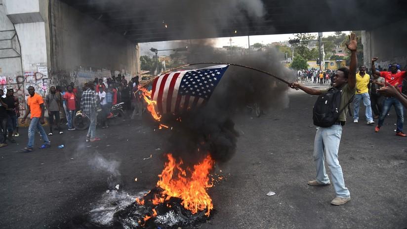 Manifestantes haitianos queman una bandera de EE.UU. y piden ayuda a Rusia, China y Venezuela