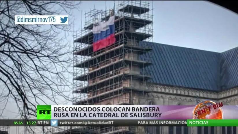 Unos desconocidos colocan una bandera rusa en la catedral de Salisbury