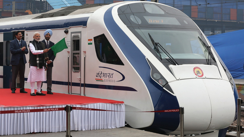 Inauguran tren más rápido de la India y choca contra vaca
