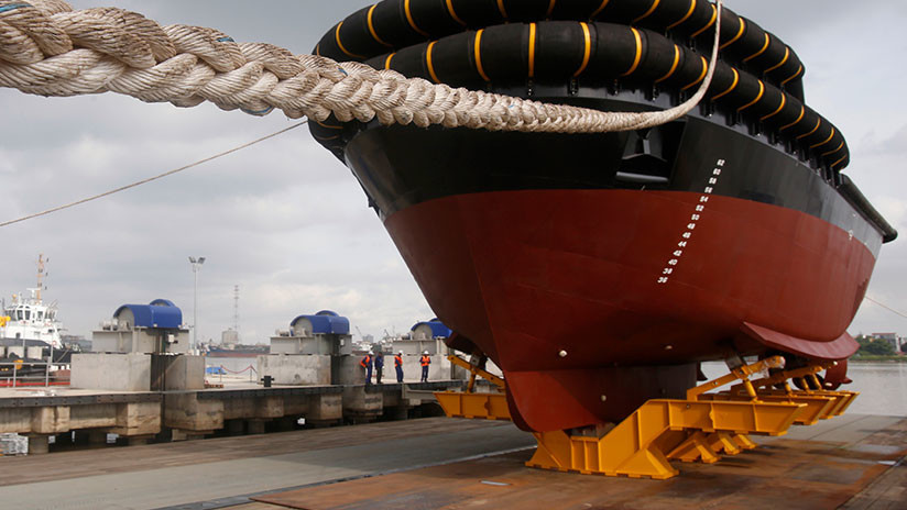 VIDEO: Un barco gigante está a punto de aplastar a un hombre durante la botadura