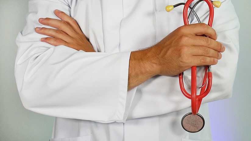 Un médico mexicano niega atención a una paciente en estado crítico porque estaba cenando